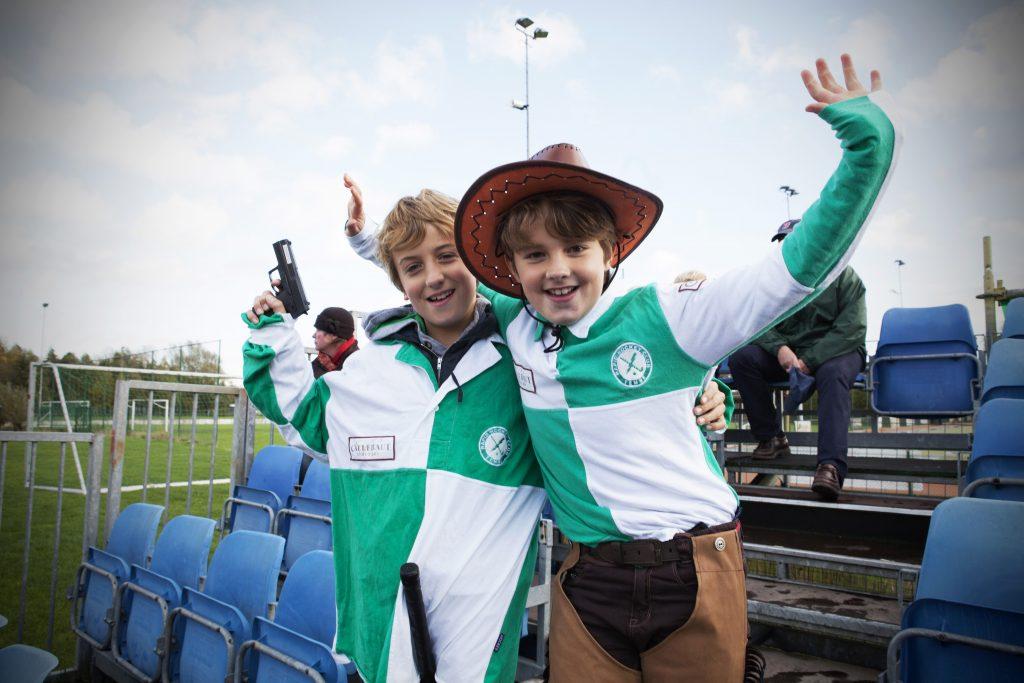 Evdj 395632 Sfeerfoto van supporters in het groen/wit van Rapid Hockey-club Temse, jong en oud zijn verkleed als cowboys