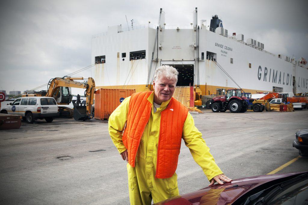 Evdj 387615 Antwerp Euroterminal - havenreeks, interview met Patrick Janssens die zelf niet op de foto wou. Havenarbeiders laden het vrachtschip vol nieuwe wagens, Blikken 1333 Kieldrecht.