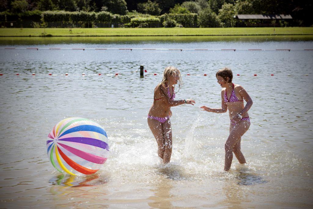 """Evdj 387859 Zonnekloppers Recreatiepark """"De Ster"""", veel volk op het strand"""