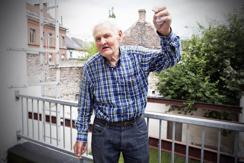 Evdj 389191 Fons Verhoeven maakt op zijn 87ste zijn luchtdoop, hij laat zien hoe hij  vloog