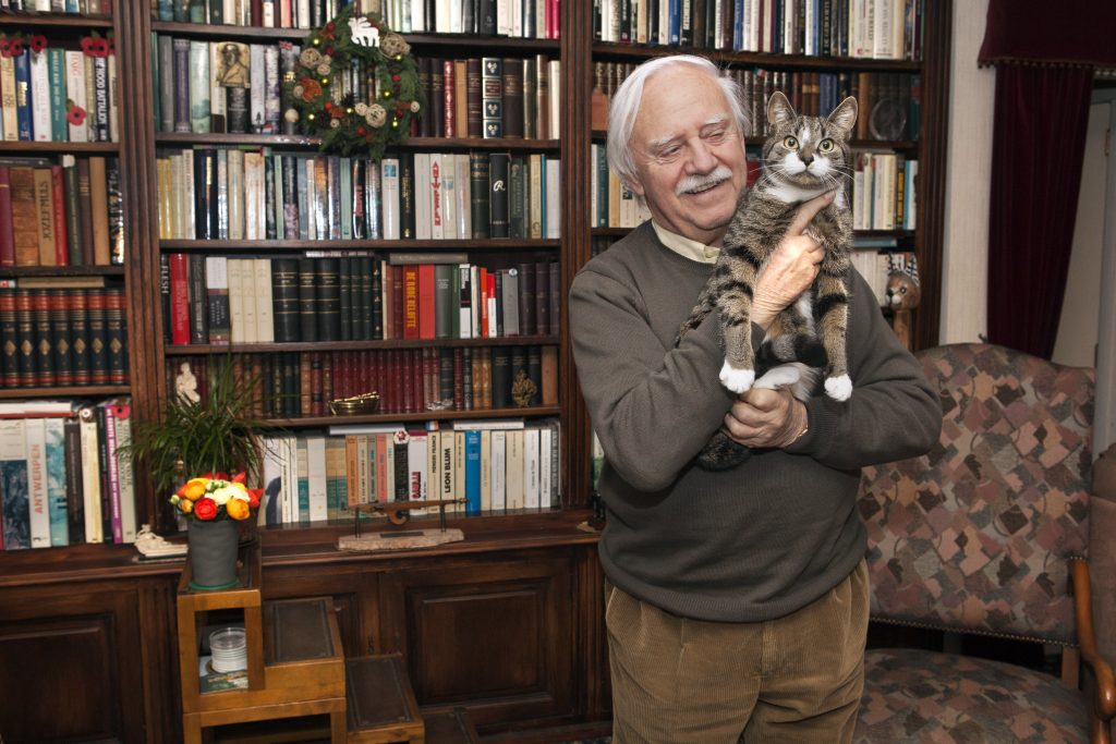 Evdj 398947 portret van ex-burgemeester Bob Cools voor pano, op de foto (soms) met zijn kat Charlie