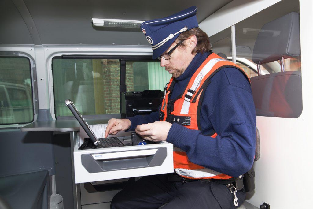 Evdj 376233 Persvoorstelling mobiele kantoren politie, agenten laten zien hoe het nieuwe systeem werkt